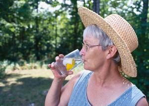 Persona mayor hidratándose ante esta enfermedad autoinmune